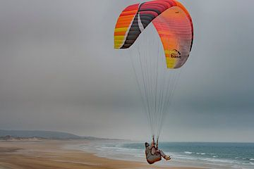 Kitesurfers aan de Normandische kust van Peter Bartelings Photography