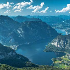 Hallstätter See in Salzburgerland van Ilya Korzelius