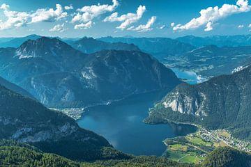 Hallstätter See im Salzburgerland von Ilya Korzelius