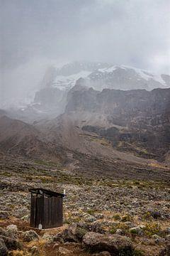 Eenzaam hokje op de flank van de Kilimanjaro van Mickéle Godderis
