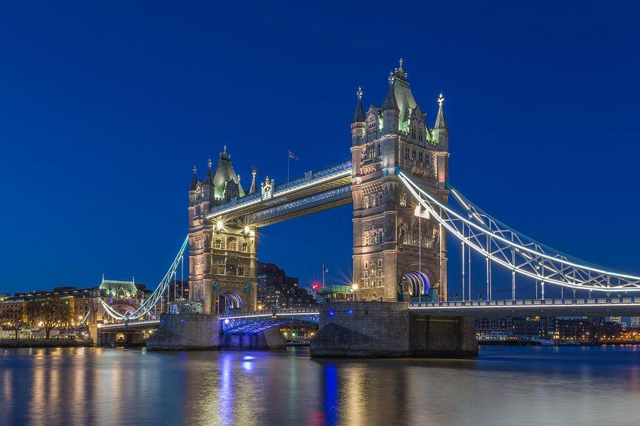 Londen in de avond - The Tower Bridge in het blauwe uurtje - 2 van Tux Photography