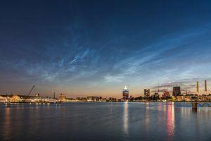Lichtende nachtwolken boven het IJ van Jeroen de Jongh