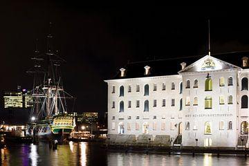 """Scheepvaartmuseum met VOC schip """"Amsterdam"""" in avondlicht van"""