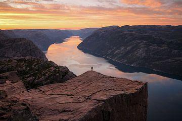 Un homme à Preikestolen en Norvège sur Adalbert Dragon Dragon