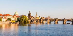 Oude binnenstad en Karelsbrug in Praag van