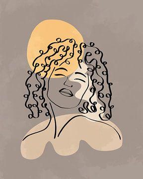 Lijntekening van een vrouw met lang krullend haar met drie organische vormen in geel en grijs van Tanja Udelhofen