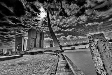 Erasmusbrug (dramatisch) in Rotterdam van Nathan Okkerse