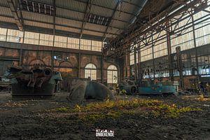 Im Inneren einer verlassenen Fabrikhalle. von Het Onbekende