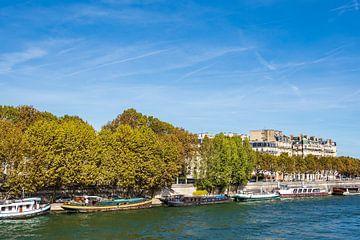 Blick auf Schiffe an der Seine in Paris, Frankreich sur Rico Ködder