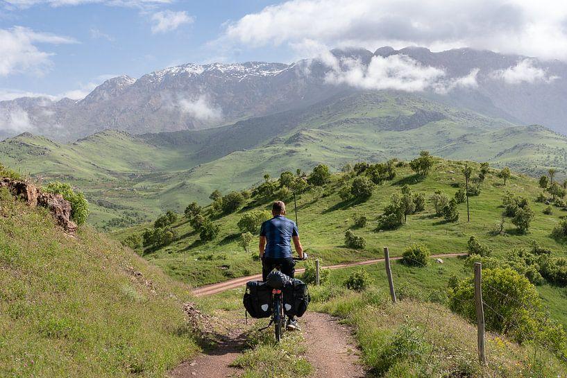 Fietser op een kleine bergweg van Jeroen Kleiberg