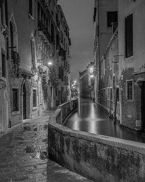 Straatje in Venetië in de avonduren van Teun Ruijters