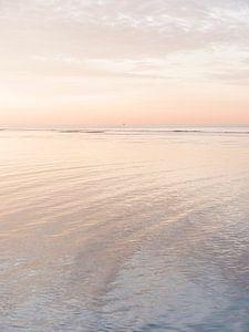 Einsame Boje und steigendem Wasser bei Sonnenuntergang von Laura-anne Grimbergen