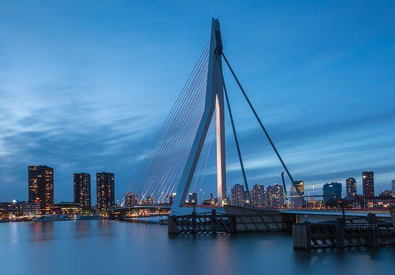 Erasmusbrug in het blauwe uur van Ilya Korzelius