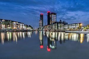 De skyline van Leeuwarden tijdens het blauwe uurtje en weerspiegeld in de stadsgracht.