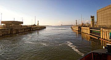 De sluizen van IJmuiden met zicht op zee van Reinder Weidijk