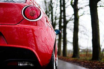 De rode auto van Ennio Brehm