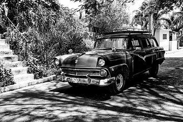 Cubaanse auto met kenteken VDL 719 in het straatbeeld (zwart wit)