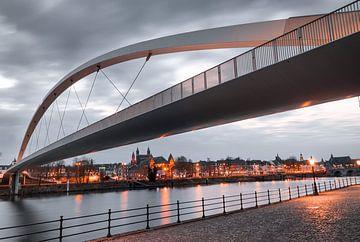 Maastrichter (Spaziergang) Brücke am Abend von Yme Raafs