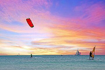 Wassersport auf dem Karibischen Meer auf Aruba bei Sonnenuntergang von Nisangha Masselink
