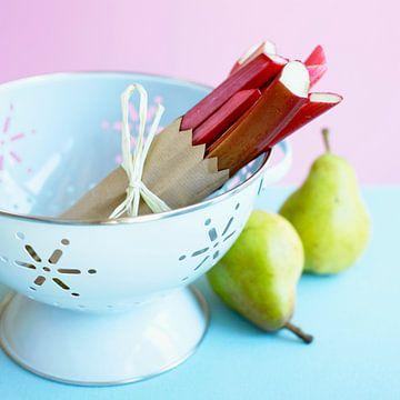Rhubarb in a colander, pears beside it sur BeeldigBeeld Food & Lifestyle