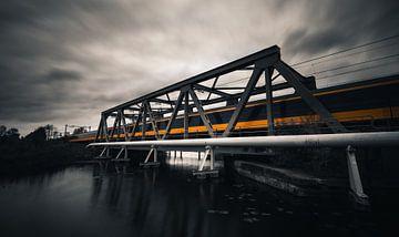 Expresszug auf Stahlbrücke über den Fluss Rotterdam von Arthur Scheltes
