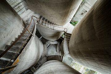 Escalier en béton abandonné sur