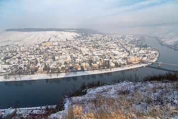 Uitzicht op het Moezeldal en Bernkastel-Kues in de winter met sneeuw van Reiner Conrad