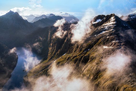 Misty mountains van Maarten Mensink