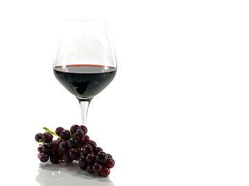 glas rode wijn met een tros druiven von Compuinfoto .